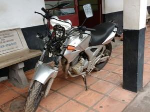 Assaltantes roubaram uma moto nesta madrugada em Mogi (Foto: Maiara Barbosa/ G1)