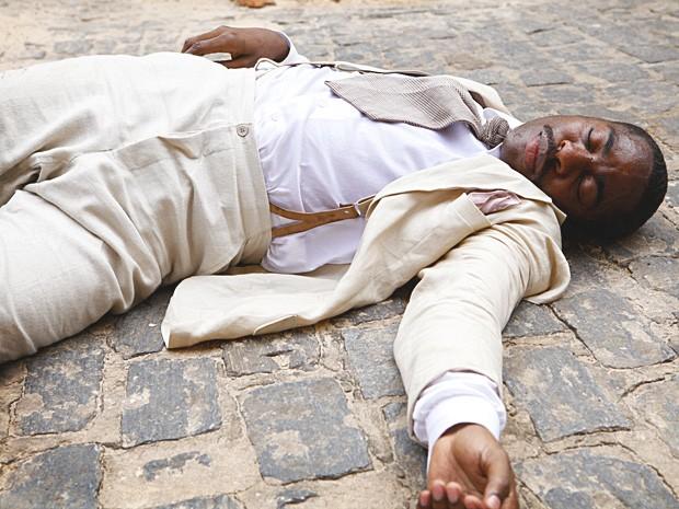 Depois de levar uma pancada na cabeça, Zé Maria vai preso (Foto: Lado a Lado / TV Globo)