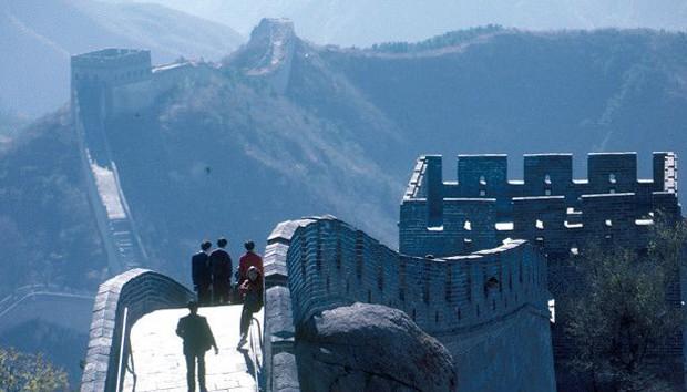 Com 21.196 km de extensão, a antiga Muralha da China vai desde a fronteira com a Coreia até o deserto de Gobi. Em 1987, foi considerada 'Patrimônio da Humanidade' pela Unesco (Foto: BBC)