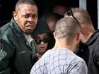 Após pagar fiança, Justin Bieber deixa prisão e acena para fãs e jornalistas