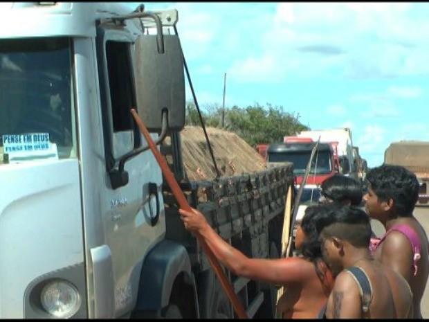 Manifestantes param veículos para cobrar pedágio (Foto:  Ailton Antônio da Silva/PRF)