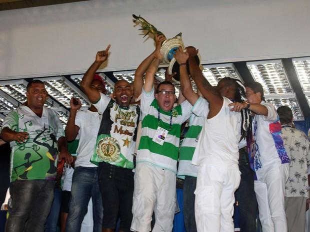 Na quadra da escola, integrantes da Império da Tijuca levantam troféu do campeonato da Série A do carnaval do Rio (Foto: Rodrigo Gorosito/G1)