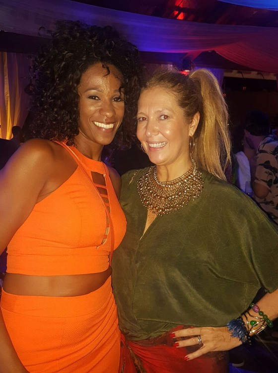 Iracema Scharf,  brasileira radicada há 20 anos na Alemanha, que participa do evento com sua marca, posa com Donata Meirelles (Foto: Bianca Teixeira)