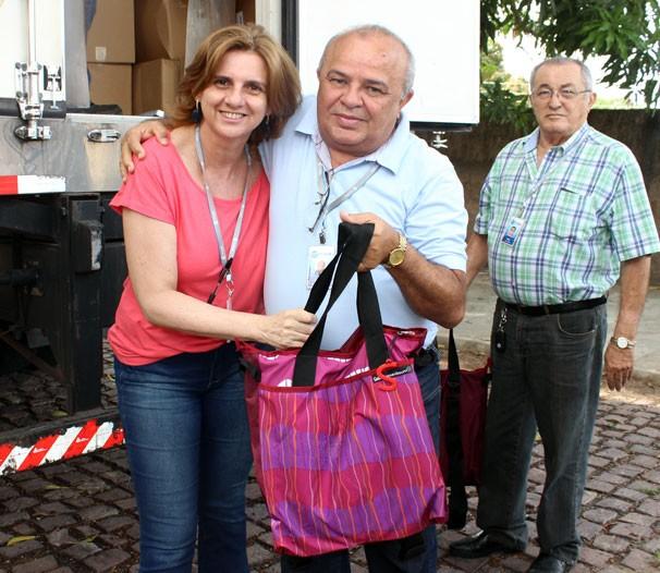 Ana Cristina Batista recebendo seu kit (Foto: Katylenin França/TV Clube)