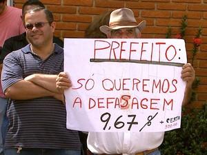Servidor proteste em frente à Prefeitura de Sertãozinho (Foto: Carlos Trinca/EPTV)