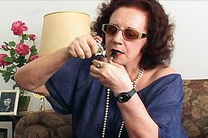 A atriz em cena de 'O Tapa na Pantera' (Foto: Reprodução)