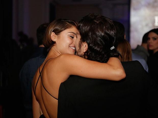 Sophie e Daniel se beijam na festa de Babilônia (Foto: Fábio Rocha/Gshow)