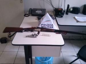Armas que estava com o rapaz foram recuperadas (Foto: Divulgação / Polícia Militar)