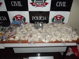 A cocaína estava distribuída em vários flaconetes (Foto: Divulgação/ Polícia Civil de Mairinque)