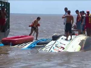 De acordo com os Bombeiros, a embarcação tinha capacidade para 40 pessoas e levava cerca de 100 fiéis (Foto: Reprodução/TV Amapá)