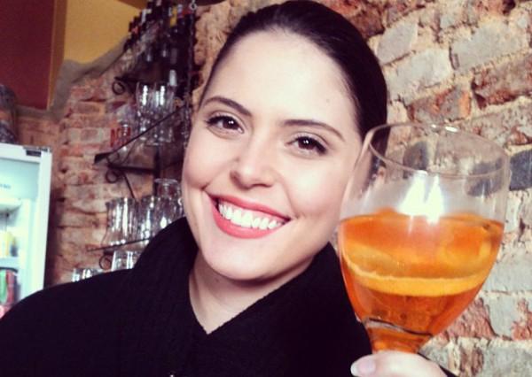 Jordana Pires com o spritz, aperitivo apreciado em Urussanga (Foto: Guilherme Sá/RBS TV)