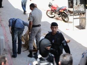 Policiais lamentam as mortes dos colegas de farda (Foto: Jonathan Lins/G1)