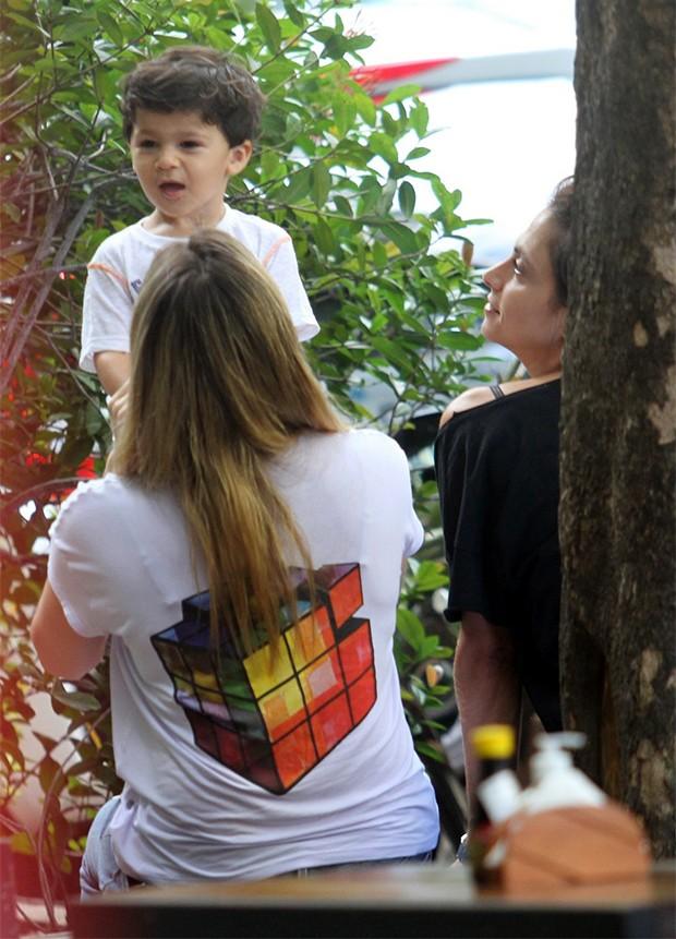 Fernanda Gentil com a namorada, Priscila Montandon, e o filho Gabriel (Foto: AgNews)