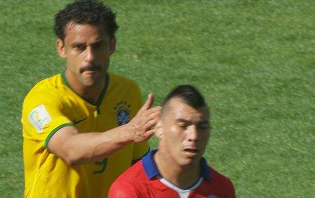 Fred confusão medel Brasil Chile (Foto: Reprodução SporTV)