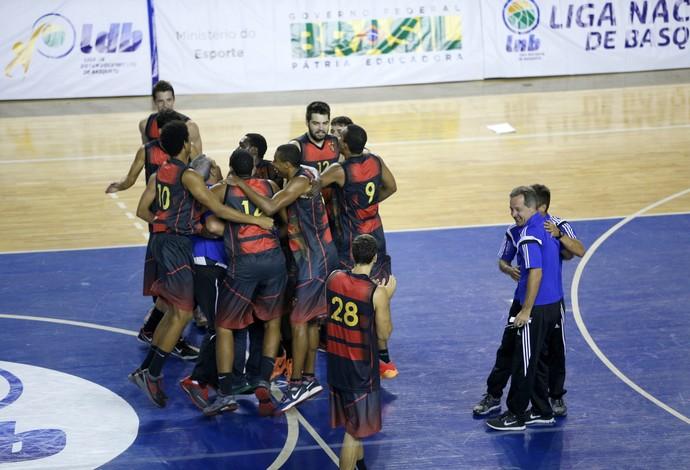 Jogadores do Sport comemoram a classificação para o Final Four da LDB (Foto: Orlando Bento/LNB)
