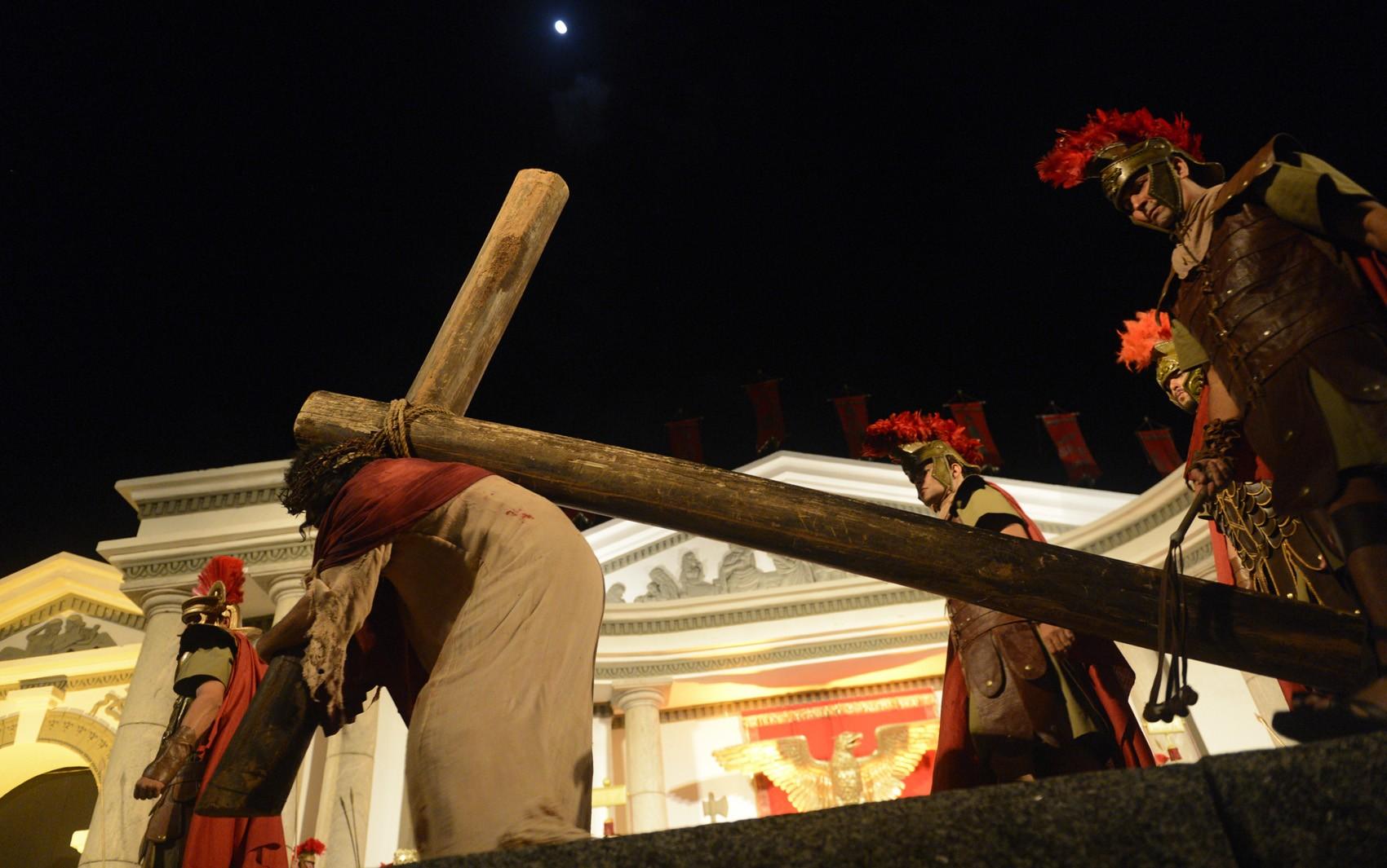 Jesus carregando sua cruz no começo da Via Crucis, partindo do Fórum de Jerusalém. (Foto: Luka Santos / G1)