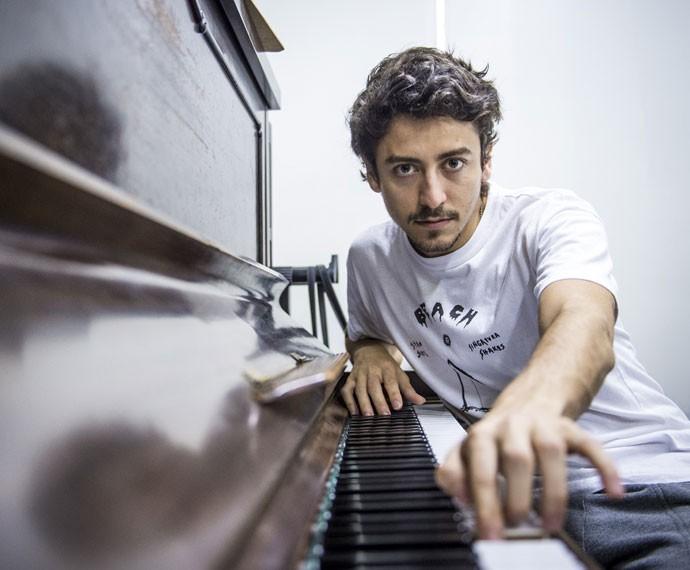 esuíta fez aulas de piano para dar vida ao músico Felipe em 'Ligações Perigosas' (Foto: João Cotta/TV Globo)