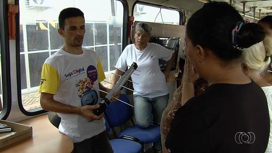 Caravana ensina como instalar antena e conversor de sinal digital, em Goiás