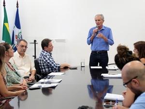 O prefeito de Limeira, Mário Botion, anuncia mudanças na distribuição de remédios (Foto:  Adilson Silveira/Secretaria de Comunicação Social de Limeira)