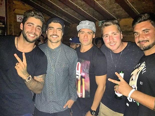 Pedro Scooby, Caio Castro e o ex-BBB Yuri com amigos em festa em Maresias, litoral Norte de São Paulo (Foto: Instagram/ Reprodução)