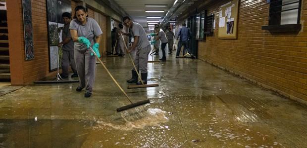 Funcionários limpam subsolo do ICC, principal prédio da UnB no campus do Plano Piloto, que ficou alagado em alguns pontos após chuva desta quarta (17) (Foto: Paulo Castro / UnB Agência)