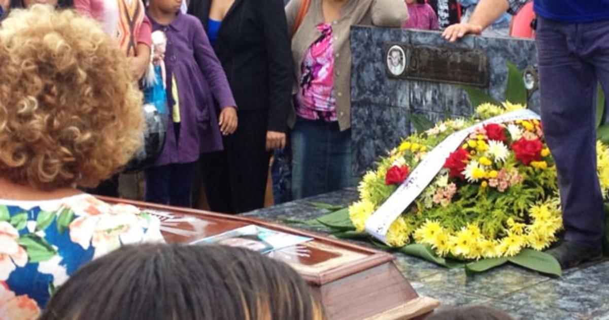 Familiares e amigos se despedem de feirante morta após cair em ... - Globo.com