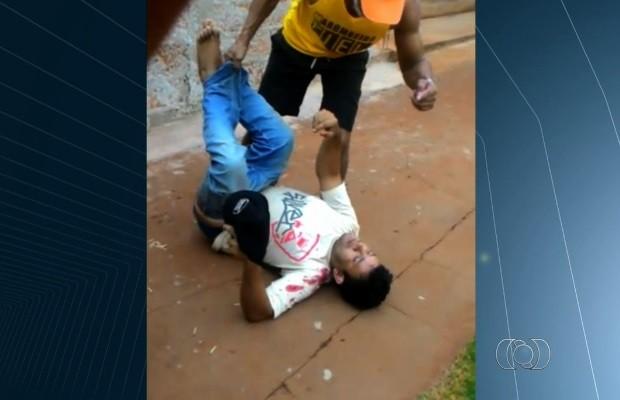Suspeito de furtar farmácia é rendido e agredido por populares; veja vídeo em Goiás (Foto: Reprodução/TV Anhanguera)