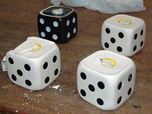 Cocaína estava em cinzeiros em forma de dado (Foto: Divulgação/ Comunicação da Polícia federal)