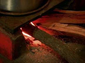 Fogão à lenha ainda é usado com madeira desmatada da caatinga (Foto: Reprodução/TV Paraíba)