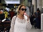 Valesca Popozuda se refresca com picolé em aeroporto no Rio