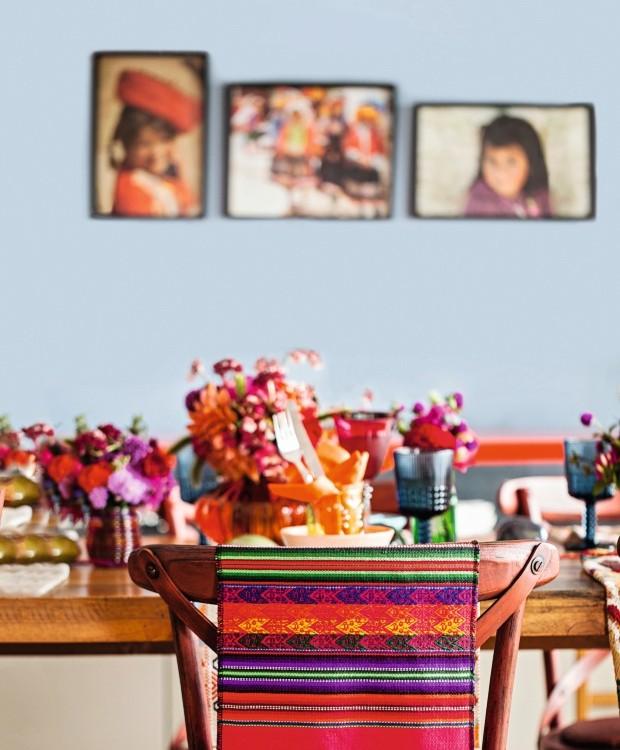 Multicolorida. Tapeçaria peruana na cadeira e fotos de crianças de Cusco decoram a parede do apartamento de Marisabel (Foto: Casa e Comida)
