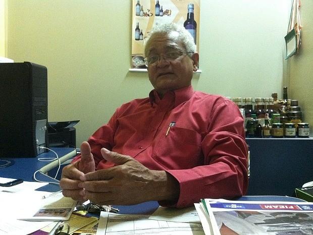 José Cabral é farmacêutico e pesquisador aposentado do Inpa. Desde 2006, é proprietário da Sohervas. (Foto: Camila Henriques/G1)