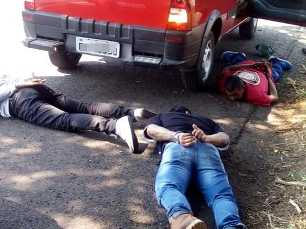 Três dos suspeitos estavam em um carro (Foto: Divulgação/Polícia Rodoviária Estadual)