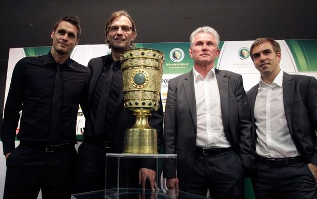 Sebastian Kehl, Juergen Klopp, Jupp Heynckes e Philipp Lahm posam ao lado da taça da Alemanha (Foto: Agência Reuters)