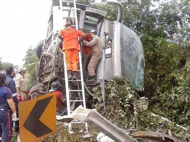 Motorista ficou preso às ferragens, na BR-010 (Foto: Divulgação / PRF-MA)