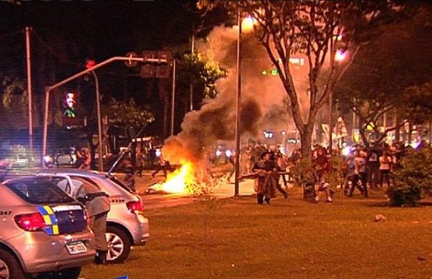 Estudantes se confrontam com policiais durante protesto pelo aumento da tarifa do transorte coletivo, em Goiás (Foto: Reprodução / TV Anhanguera)