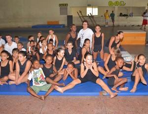 Alunos fazem apresentação de ginástica para os pais em Barra Mansa (Foto: Sérgio Fortuna/PMBM)