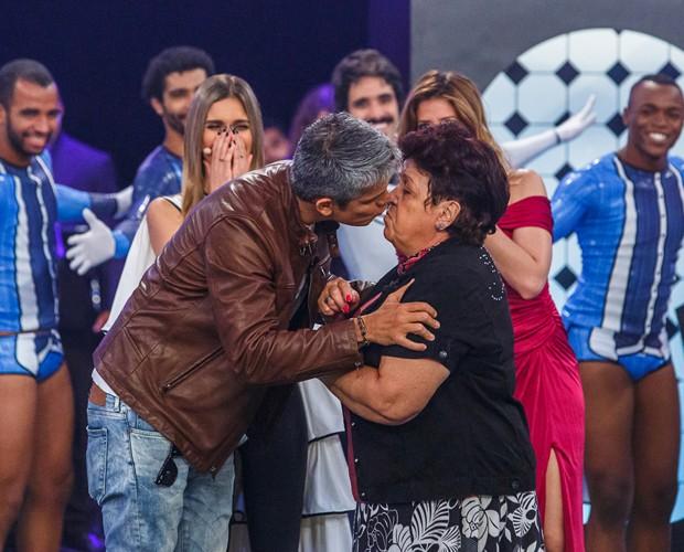 Otaviano Costa dá beijo em Dona Dulce (Foto: Artur Meninea / Gshow)