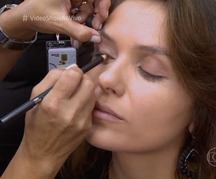 Monica explica como gosta de sua maquiagem (Foto: TV Globo)