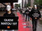 Manifestantes fazem 'rio de sangue' para cobrar punição por chacina