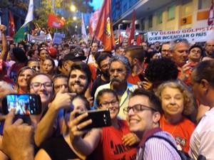 Público tira selfie com Olívio no protesto em Porto Alegre (Foto: Hygino Vasconcellos/G1)