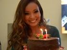 Carol Nakamura recebe festa e bolo surpresa nos bastidores do Domingão
