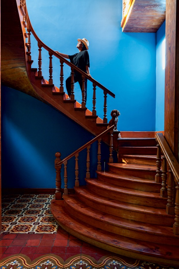 O primeiro impacto da casa de Cristina é a escadaria na entrada, destacada pela parede azul. (Foto: Lufe Gomes/Lufe by Lufe)