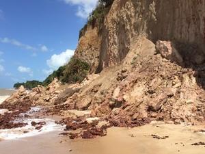 Erosão tem avançado na Barreira do Cabo Branco com a força do mar  (Foto: Walter Paparazzo/G1)