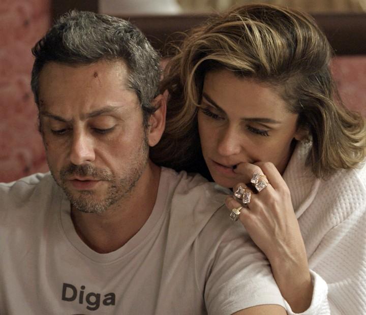 Romero e Atena estudam os documentos que têm dados da facção criminosa (Foto: TV Globo)