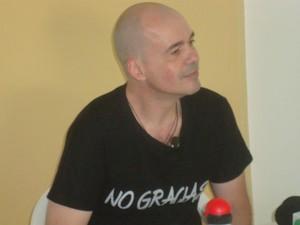 Com um camisa preta com os dizeres 'não obrigado' em espanhol, padre decidiu deixar a igreja (Foto: Ana Carolina Levorato/G1)