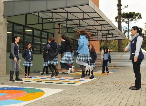 Meninas se divertem na Escola do Bosque Mananciais (Foto: Divulgação)