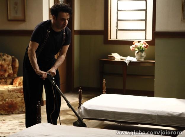 Mudança de emprego? Joel faz faxina em hotel (Foto: Inácio Moraes/TV Globo)