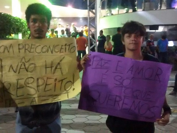 Leonardo e Natan seguram cartazes contra pastor (Foto: Arquivo Pessoal/ Leonardo Gonçalves)