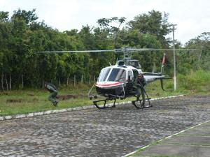 Helicóptero da Seds foi usado na operação de transferência dos detentos (Foto: Walter Paparazzo/G1)